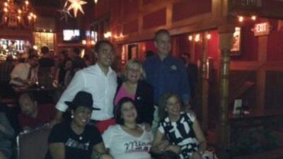 Arriba: El representante Joaquin Castro de Texas, junto a los representa...