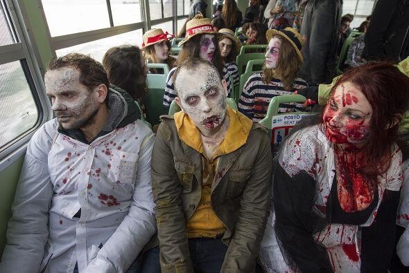 En esta imagen vemos a un grupo de zombis que se traslada en un autobús...