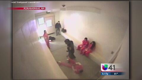 Captan en video a oficial golpeando a preso esposado