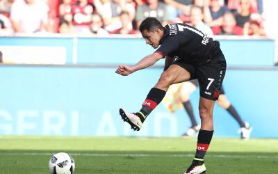 Javier Hernández lleva 99 goles en el fútbol de Europa.