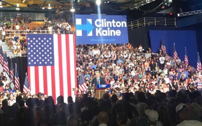 Los seguidores de Clinton a la espera del anuncio de Tim Kaine, como su...