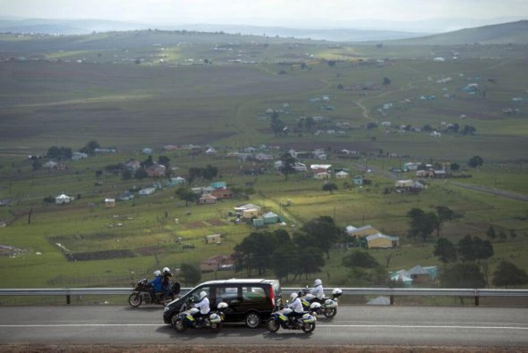 La furgoneta negra que llevaba al féretro de Mandela envuelto en una ban...