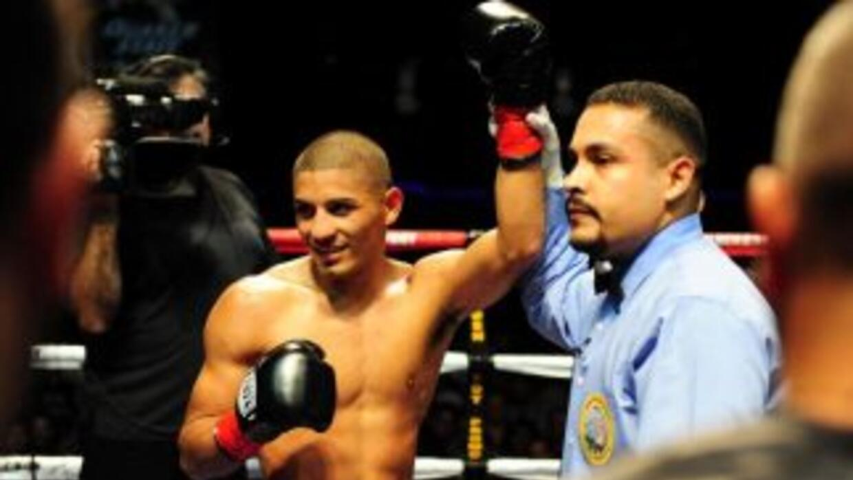 MAres ganó claramente a Agbeko y retuvo el título gallo de la FIB.