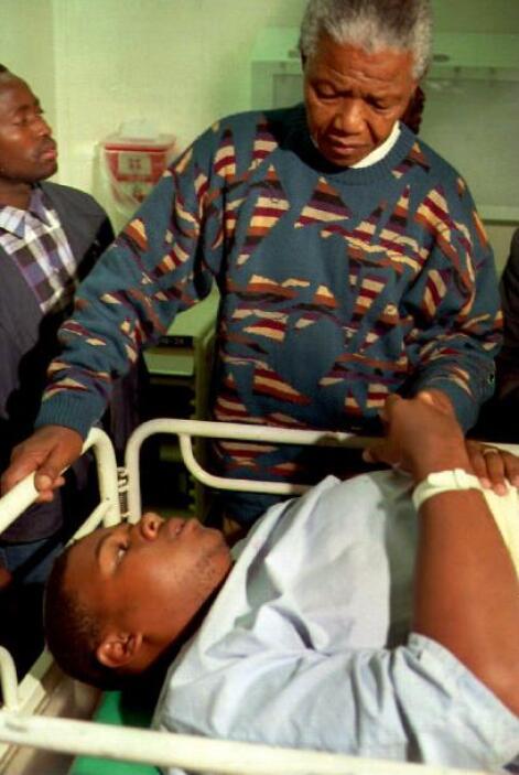 Tampoco de los enfermos se olvidó, pues Mandela realizó innumerables vis...