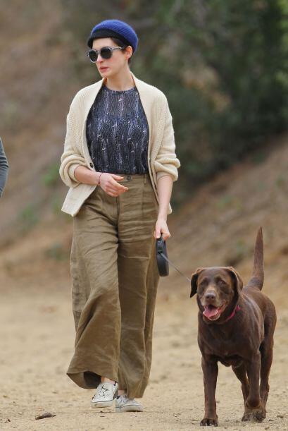Anne Hathaway y su perrita labrador de color chocolate parecen compartir...