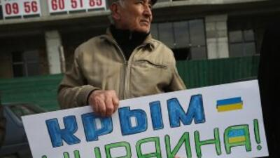 Activistas pro Ucrania se manifiestan en las calles.