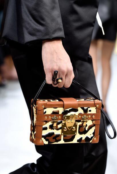 Sofisticación es la palabra exacta para describir este bolso. La...