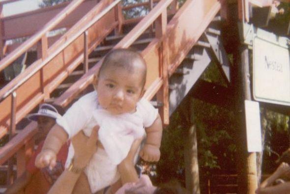 A meses de nacido en Astroworld con su mamá.
