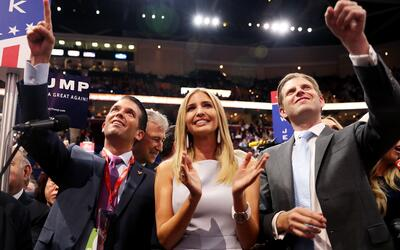Donald Jr., Ivanka y Eric, hijos de Donald Trump, en el momento en que s...