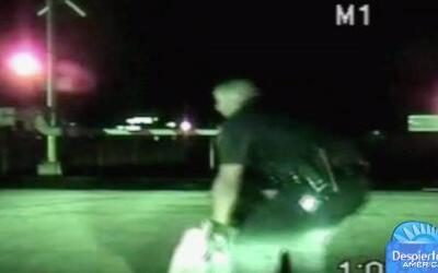 Policía aclamado como héroe al salvar a una mujer de ser embestida por u...