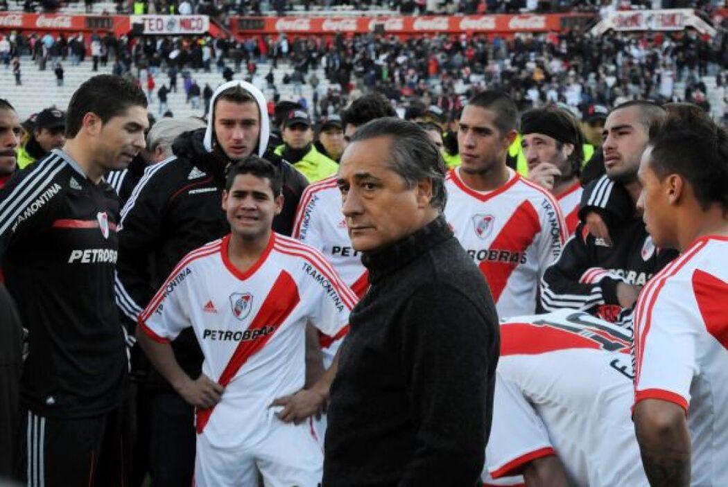 El técnico Juan José López, que ya es ex técnico, junto a los jugadores...