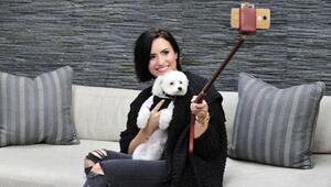 Demi Lovato posó con su perrito, Buddy, en una selfie que tomó con su 's...