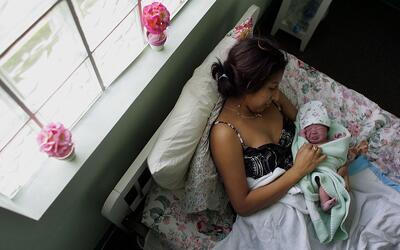 La tasa de embarazos en adolescencia disminuyó entre las hispanas de EEU...