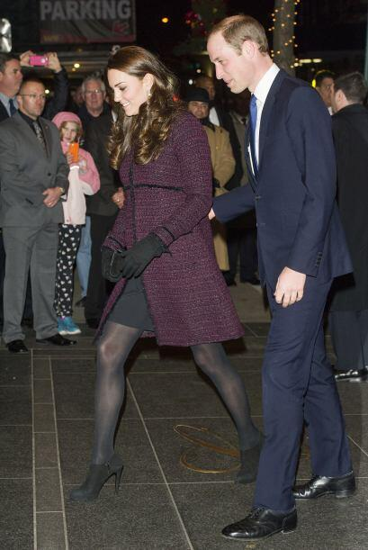 Si quieres lucir un vestido y hace frío, al igual que Kate puedes optar...