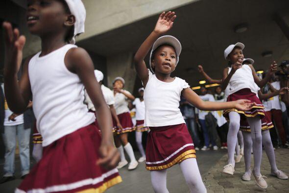 Para los niños Mandela también es su héroe. Aquí unas pequeñitas que bai...