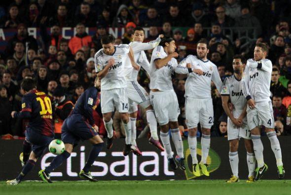 En el 30 una falta cobrada por Messi pasó muy cerca de la portería.