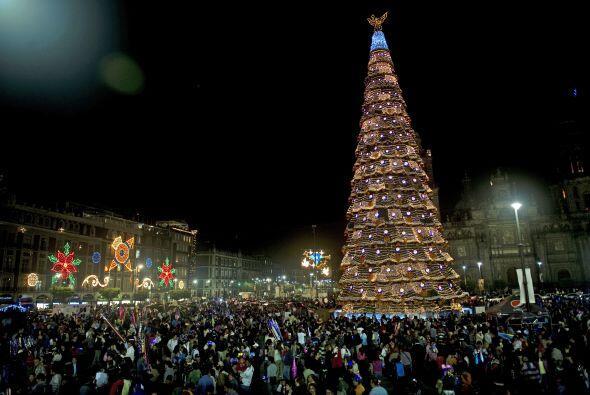 En México este hermoso árbol iluminado y las decoraciones en los edifici...
