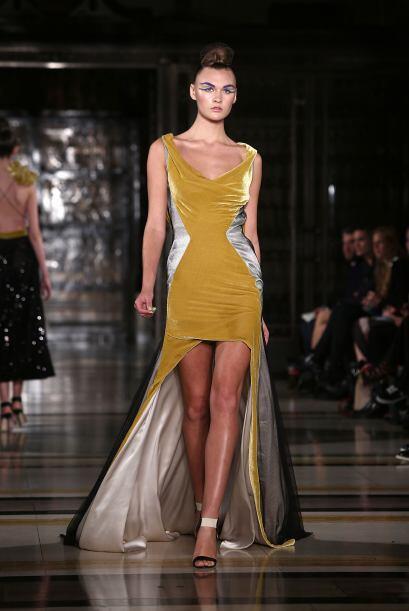 Los vestidos de noche y de coctél en colores brillosos han sobres...