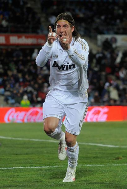 Sergio Ramos aparece en la zaga central y lo tiene bien merecido. Mourin...