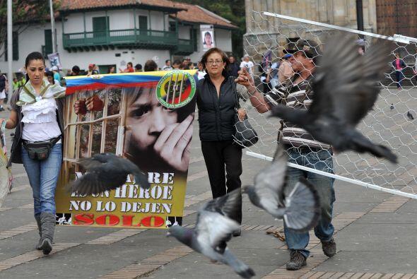 """Algunos portaban pancartas que decían: """"Pedimos cárcel a las FARC y a Ti..."""