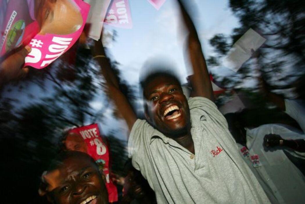 Los haitíanos se mostraron felices y corrieron y bailaron.