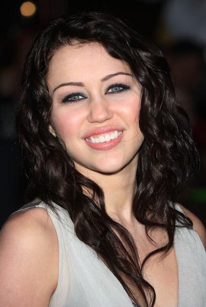 Miley se ha teñido el cabello oscuro.  Mira aquí lo &uacut...