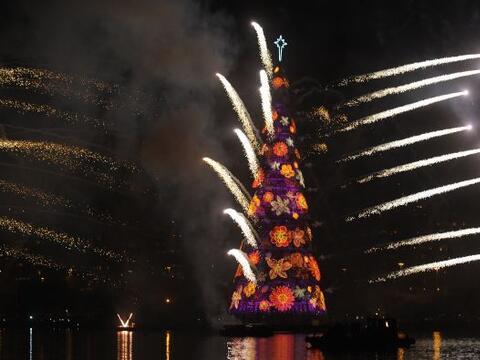 El árbol flotante de Navidad más grande del mundo se ilumi...