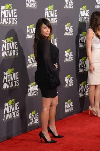 ¿Qué opinan del 'look' de Kim Kardashian? Un poco serio para la ocasión...
