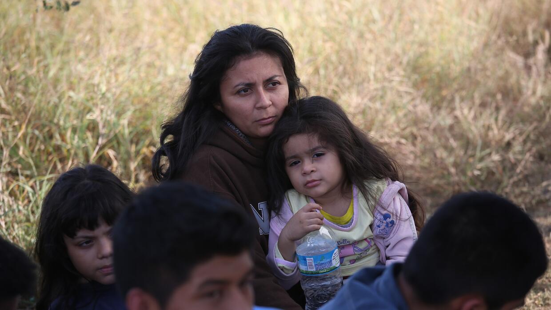 Una madre hondureña con su hija de tres años