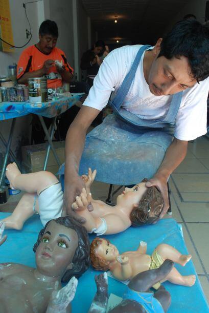 Artesanos reparan estos Niños Dios para el día de la Candelaria.