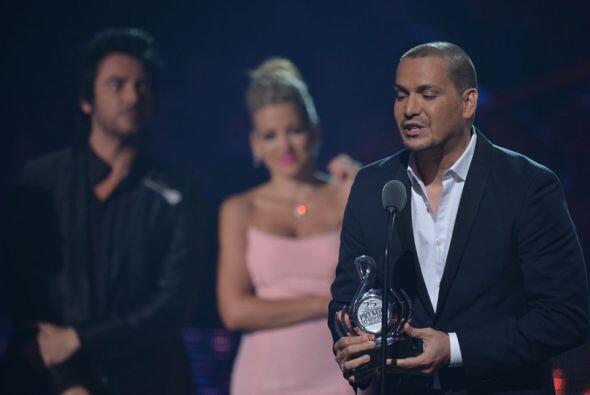 Fanny Lú y Beto Cuevas le entregaron el premio al Artista Salsa del Año...