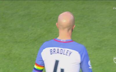 Así fue como Michael Bradley demostró su apoyo a las víctimas de la masa...