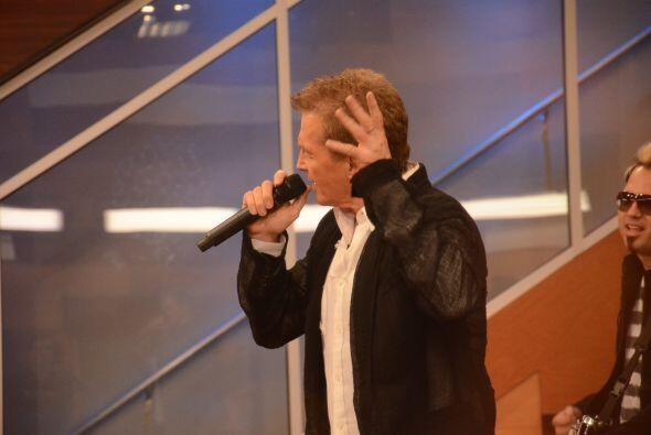 Adrián estaba feliz de conocer al cantante mexicano y los chicos...