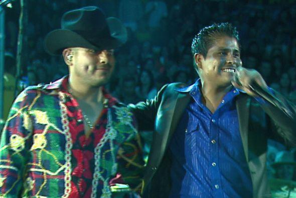 Pero Espinoza no es el único famoso con quien ha cantado.