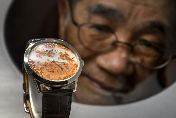 El artista Japonés Buzan Fukushima posó frente a su creaci...