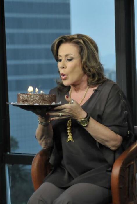 En vivo desde la Ciudad de México, Laura Zapata llegó con pastel en mano...