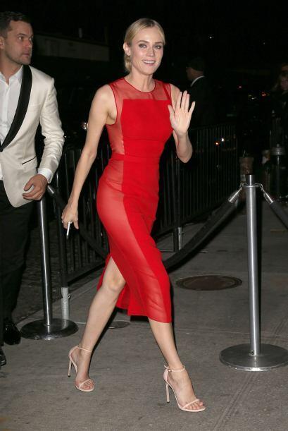 Diane Kruger cambió su vestido claro y largo por un sexy atuendo rojo.Mi...