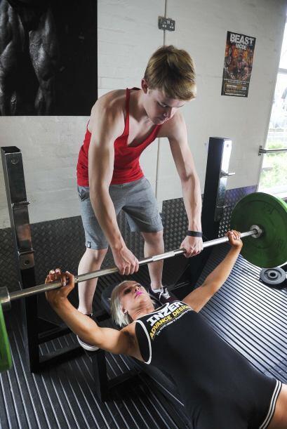 Una chica de 18 años y su hermano de 14 pueden levantar casi 600 libras...