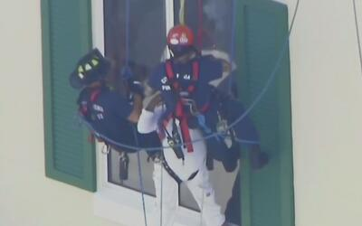 Dan de alta al pintor rescatado luego de quedar colgado de un edificio p...