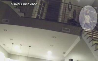 Video muestra a un ladrón contemplando a una pareja mientras dormían