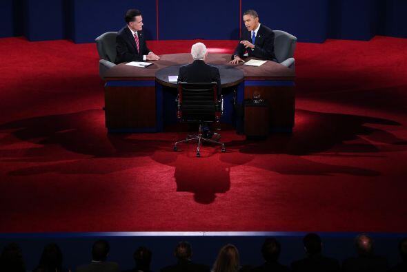 En esta ocasión los candidatos se mantuvieron sentados en una mes...