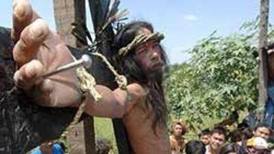 Decenas de fieles se crucificaron en Filipinas para proteger a sus famil...
