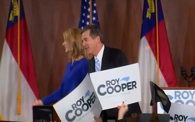 Roy Cooper celebra su victoria como el nuevo gobernador de Carolina del...