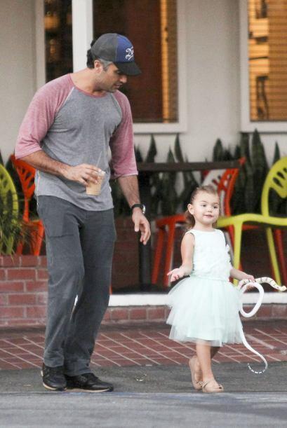 Después de un cansado recorrido, Camil y la nena hicieron parada en una...