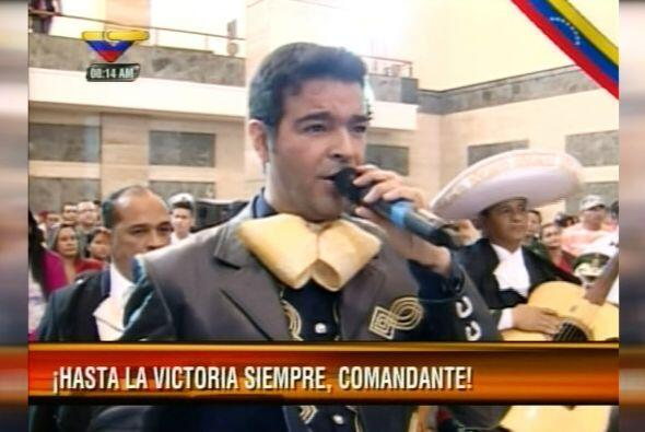Montero le cantó a Chávez la canción mexicana 'El Rey' ante el féretro d...
