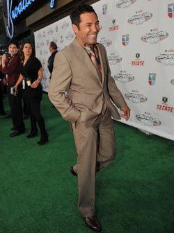Oscar vistió tonos marrones, camisa estampada y una corbata hacia el dor...