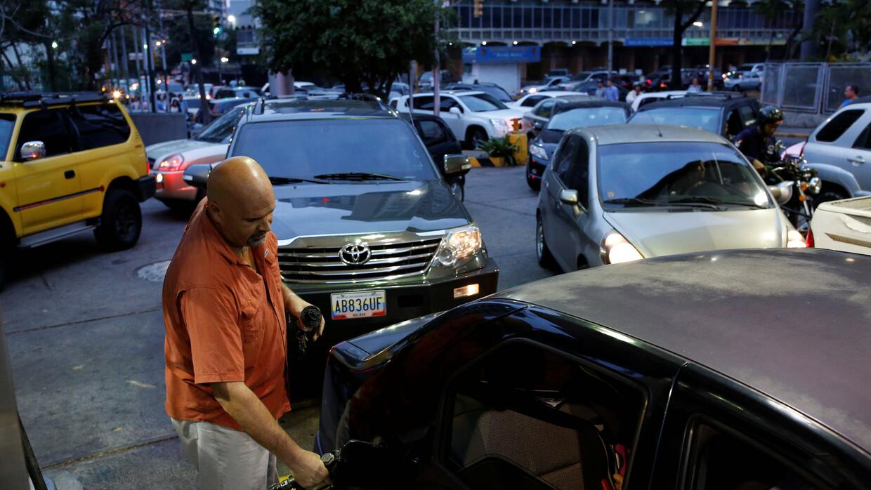 Colas en las estaciones de servicio en Caracas