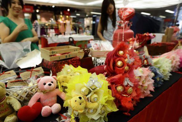 Flores, regalos y chocolates no pueden faltar en este día tan especial,...