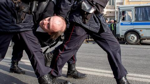 En la mayoría de ciudades, los policías rusos hicieron uso...