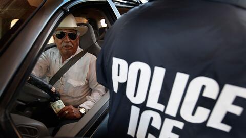 Un agente de ICE en la frontera con México